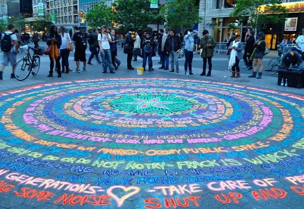 American artist Joe Mangrum creates beautiful murals on the ground, painting with the ephemeral medium of colored sand. He has sprinkled his masterpieces on the streets of Chicago, New York, San Francisco…