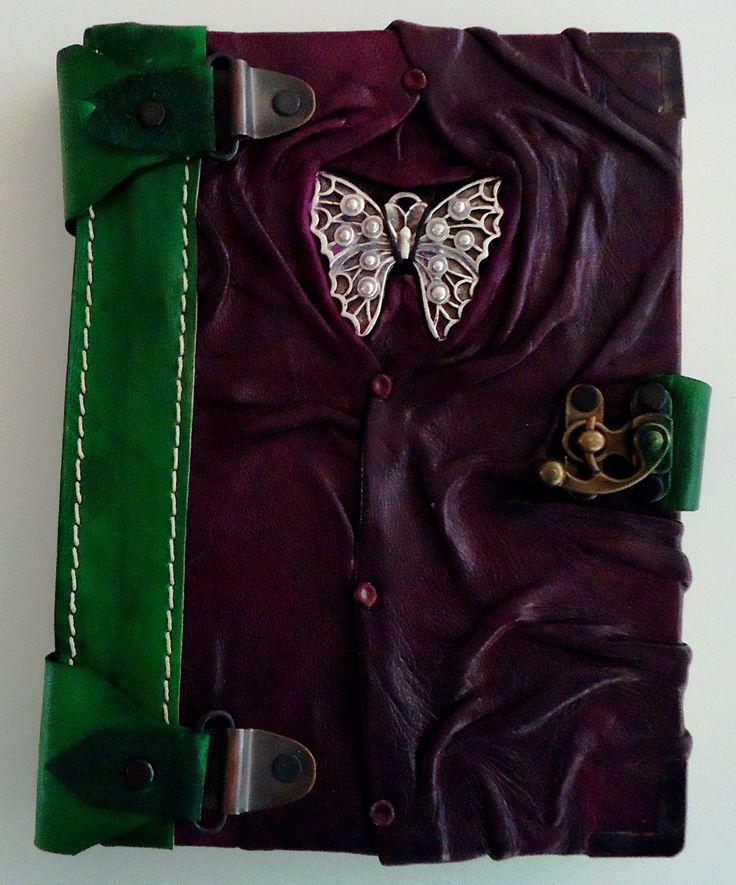 """""""Diario Espíritu Libre""""  Diario de diseño único, color verde-morado, hecho completamente a mano con piel genuina de la más alta calidad y con un pendiente de mariposa en el frente."""