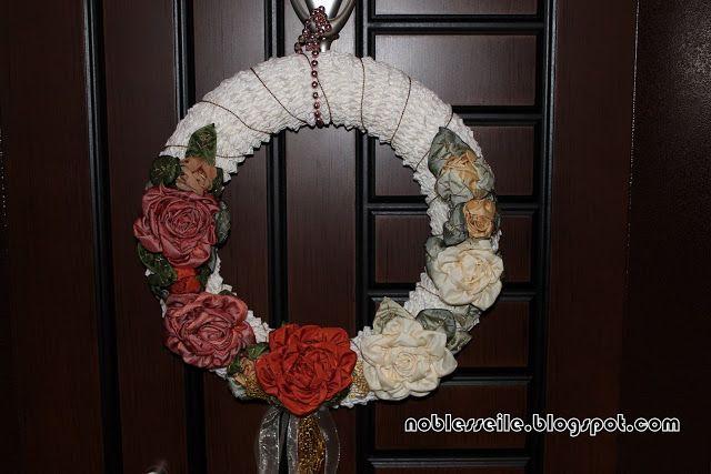ipek kurdele ile yapılmış yeni yıl kapı süsü