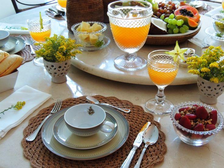 Meninas, quem não gosta de um café da manhã caprichado nos fins de semana, a mesa bem posta, com flores, louça bonita e coisas gostosas par...
