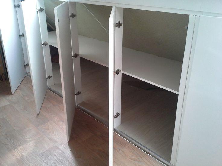 25 beste idee n over knieschotten op pinterest afgewerkte zolder slaapkamer op zolder kasten - Idee kast onder helling ...