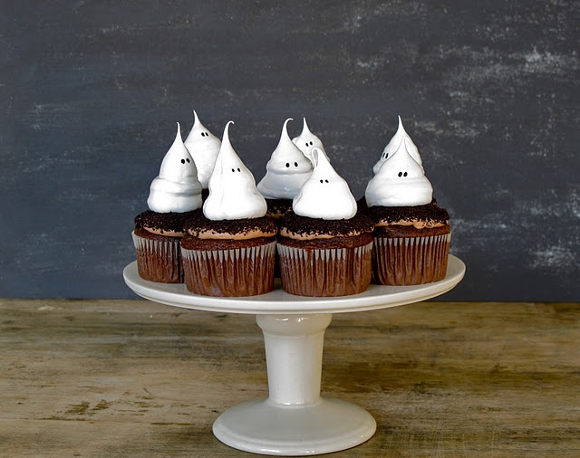 Adorable ghost cupcakes!Halloween Parties, Ghosts Cupcakes, Holiday Cupcakes, Halloweencupcake, Halloween Cupcakes, Meringue Cupcakes, Halloween Ghosts, Cupcakes Rosa-Choqu, Ghosts Meringue