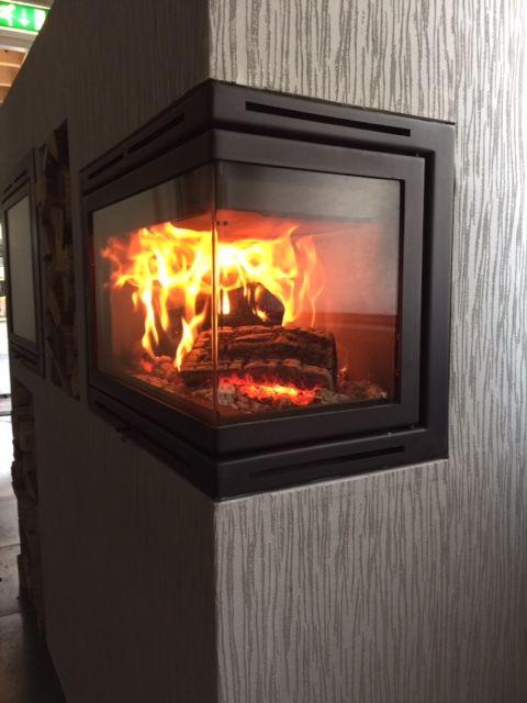 De hoekhaard Nova Rechts van Oxford is een houtgestookte inzet haard en heeft glas dat doorloopt in de hoeken. Dat maakt deze Oxford haard een uniek product, omdat je een onbelemmerde blik op het vuur...