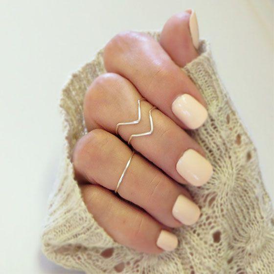 Aneis minimalistas deixam todo look mais sofisticado.