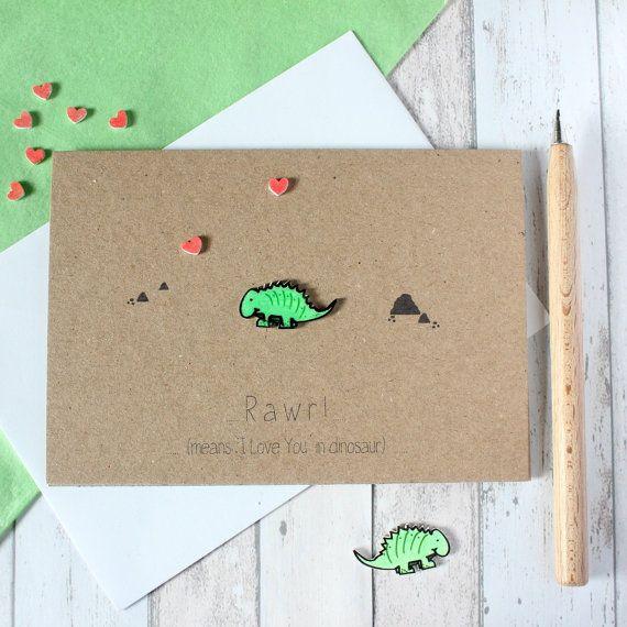 Rawr! (Betekent Ik hou van je in dinosaurus!)  Als u op zoek bent naar een leuke kaart die is een beetje anders, dan is deze dino-kaart zou perfect zijn! Voor Moederdag, Vaderdag, engagementen, bruiloft dagen, maatschappelijk partnerschap vieringen of verjaardagen...  Handgemaakt in Schotland gebruik gerecycleerd kaart, het beschikt over hand getekende kunststof dinosaurus en hartjes en een gedrukte Rawr (betekent Ik hou van je dinosaurus ) groeten. Binnen bevindt zich een ingerichte voering…