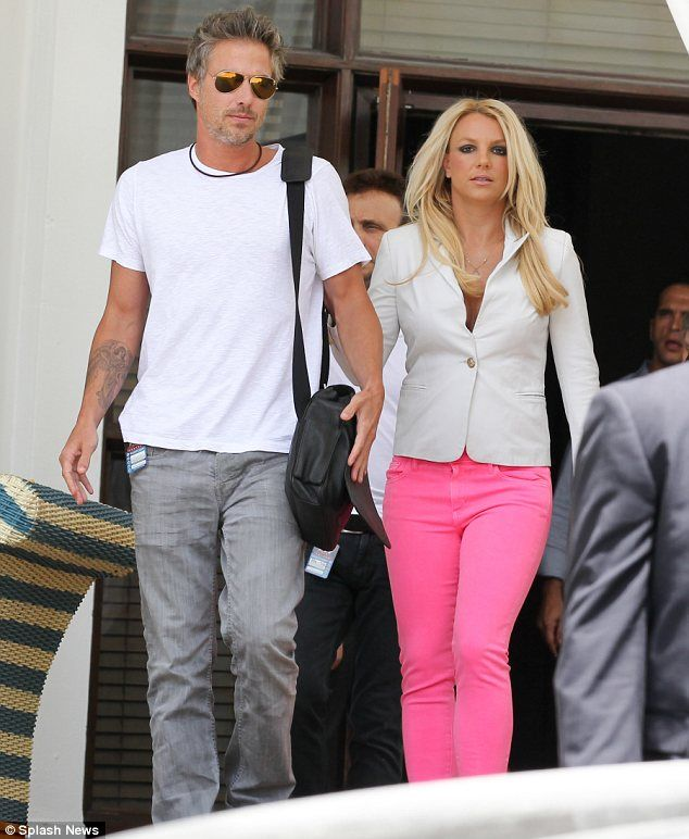 Brit - pink pantsBritney Bitch, Street Style, Pink Pants, Hot Pink, Celebrities Street, Fashion Blog, Britneyspears, Pink Jeans, Britney Spears