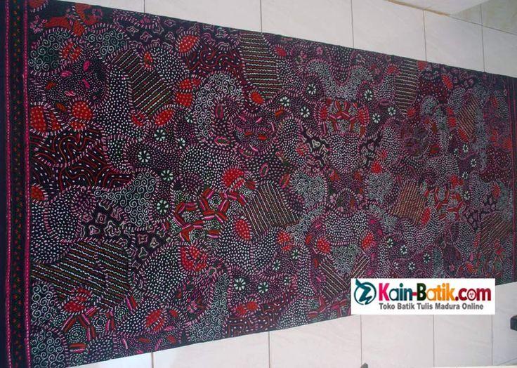 Batik Tradisional Madura motif klasik. Motif Batik tulis madura dengan warna alam yang indah dan istimewa.  Kain batik tradisional yang cantik warna alam dalam balutas sekar jagad modern. Terbuat dari bahan kain katun primis halus dengan corak batik khas pamekasan madura. source: http://kain-batik.com