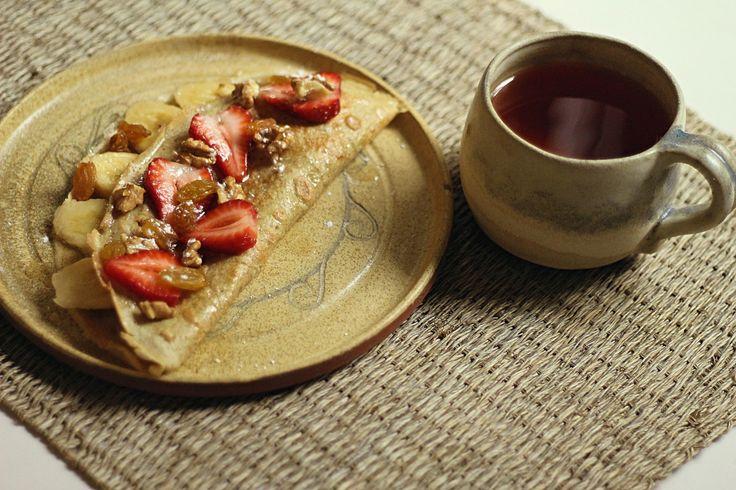 """El desayuno perfecto para un domingo """"de regaloneo"""", como dicen en Chile. INGREDIENTES: Para la masa: Dos huevos Harina integral de trigo Leche de almendra Sal Unas gotitas de esencia d…"""