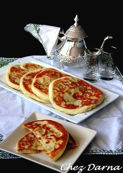 voici une autre recette de batbout farci , des batbouts aux pomme de terre, thon et olives. ils sont farcis avant la cuisson et non pas après cuisson. ces batbouts sont un vrai délice,servis chauds avec un bon verre de thé à la menthe. On peut rajouter...