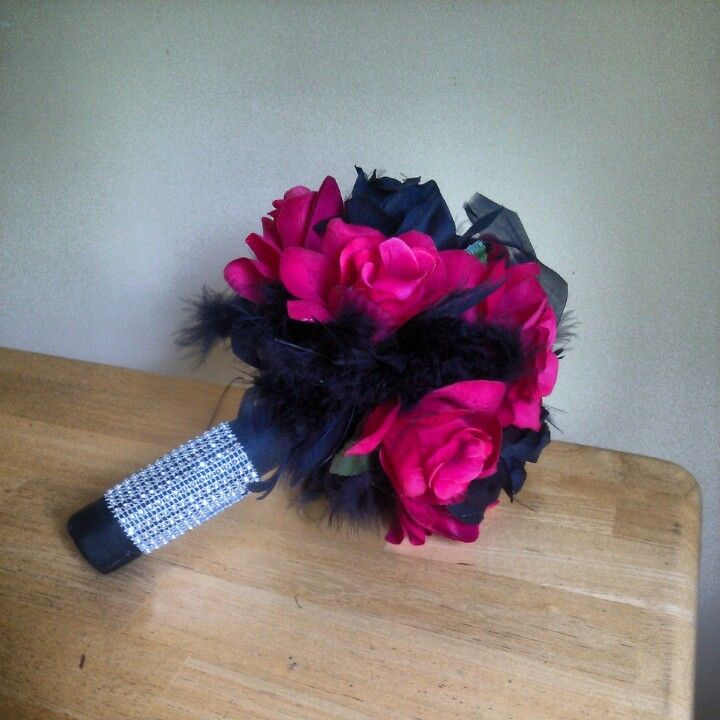 Kinda of loving feather bouquets! This would be cute in pink white and navy!