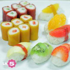 Sushi dolce di frutta e riso al latte di cocco.