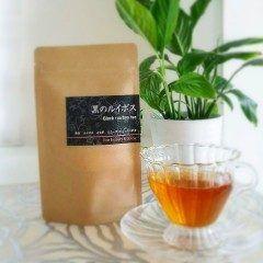 当店オリジナルの漢方茶が完成しました  もともとはよもぎ蒸しに通っていらっしゃる方々のために より効果を実感していただけるお茶が作りたい  という思いから誕生したお茶ですが 美と健康を維持したいすべての方にお勧めしたい自信作です  陰陽五行の中でも ホルモンバランスやエイジング子宮骨などに関わる 黒をテーマに  オーガニックのルイボスと黒豆をベースに よもぎハニーブッシュタンポポ と女性が喜ぶ厳選にこだわりました   デトックスしたい方 髪の毛のツヤとハリを取り戻したい方 ホルモンバランスや自律神経の乱れからくる 不調が気になる方  に特におすすめです  ノンカフェインですので コーヒーや紅茶に代わる飲み物を探している方への プレゼントにも喜ばれますよ(_-)-  黒のルイボス 1個700円税抜ティーパック10包入りです  黒豆の甘く香ばしい香りと他の茶葉のブレンドが絶妙で とてもおいしく出来上がっています ホットでもアイスでもどうぞ   8月10日発売  8月9日までに予約してくださった方に特典がございます  詳しくはHPをご覧ください()  #黒のルイボス #8月10日発売…