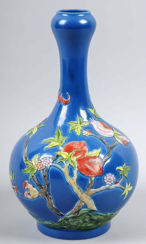 Chinesisches Porzellan-Vase Dekor Ende des 20. Jahrhunderts mit Erdbeeren und blauer Emaille 27xø14