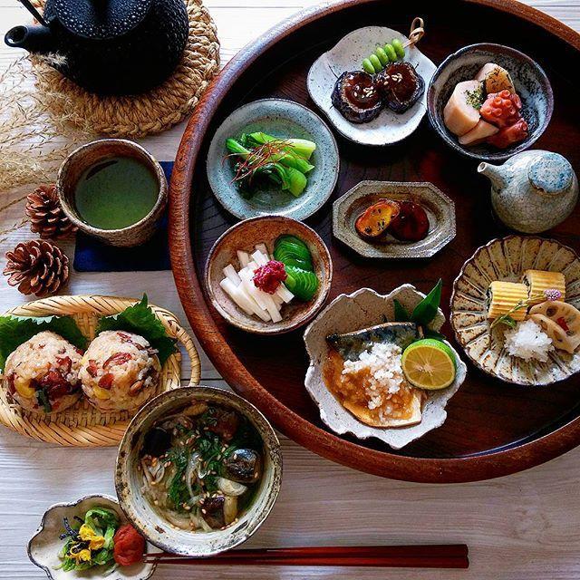 2016.10.23 休日 いろいろ豆皿で朝昼ごはん🍙 * * 今日も良い1日になりますように🍁🌾 * * #豆皿 #器 #うつわ #朝ごはん #朝食 #朝時間 #和食 #日本食 #Japanesefood #foodpic #instafood #おうちごはん #常備菜 #作り置きおかず #おにぎり #休日 #とりあえず野菜食 #暮らし #南部鉄器 #刺し子 #古道具