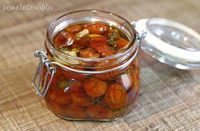 Eu não sei vocês mas tem épocas que eu me apaixono por alguma comida. No momento eu tô amando esse tomatinho confit, que nada mais é do que uma conserva de tomates assados. O sabor fica maravilhoso…