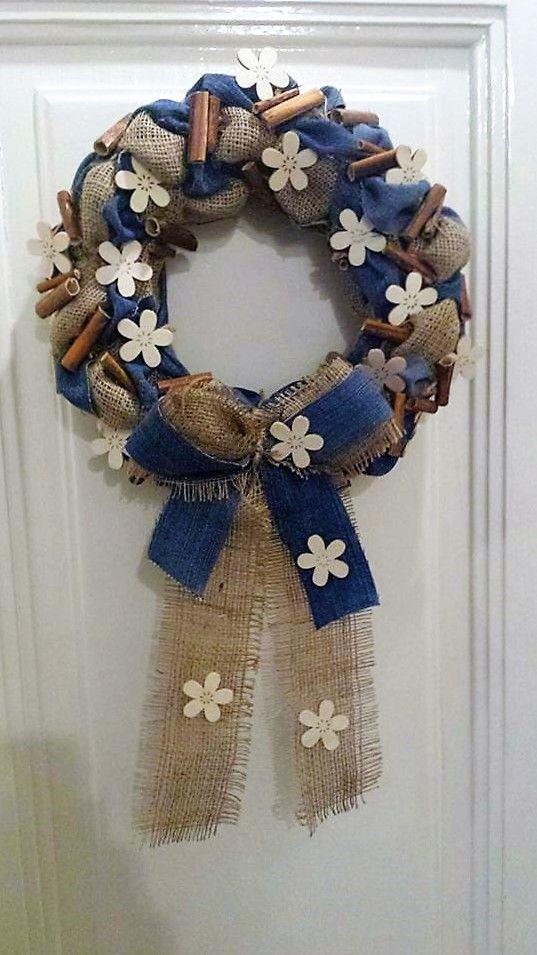 Věnec z pytloviny dekorován riflovinou, bílými květy a dřvenými kolíky - Dům, zahrada   Věnce, věnečky   Umělecké předměty, rukodělné techniky, šperky, keramika, módní doplňky, dárkové předměty, Cleopatra HM