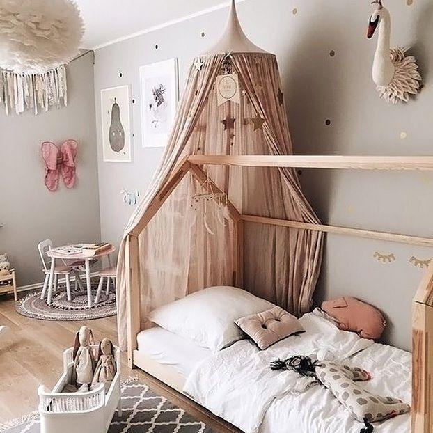 Happy Wednesday allerseits! Wir lieben dieses wunderschöne Kinderzimmer von @ 3elfenkinder Vita Eos Lampe, Rosaline Puppenbett und Maileg Soft Hasen sind alle in unserem Online-Shop erhältlich. #kidsroom #kidsroomdecor #nordichome #nordicinspiration