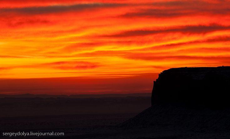 Долина монументов и Долина богов -  США, Долина  богов -  местность  на  плато  Колорадо  на  границе  штатов  Аризона - Юта.  Здесь  находится  резервация  индейцев  племени  Навахо.  -  США