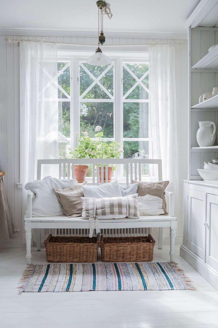 [ Med snickarglädje och feng shui ] I kaptensvillan från 1920-talet har feng shui-inredaren Jenny Karlsson och hennes man Tomas skapat ett härligt hem med vacker inredning för harmoni och välbefinnande. Uppe på kullen ligger det sötaste röda huset med vitmålade spröjsade fönster. Den som kliver över tröskeln slås av hur ljuset faller in, inte bara genom burspråkets fönster utan också i den vitmålade trappan med sin vackra snickarglädje.