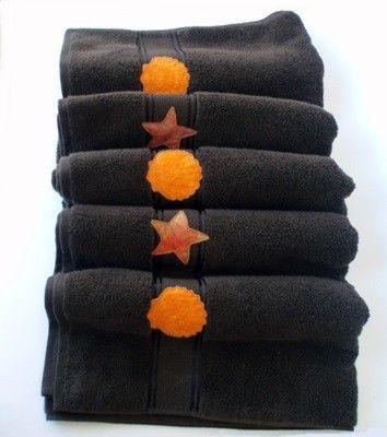 Conjunto de toallas de baño.Alta calidad. Una toalla supergrande de 100cm. x 150 cm. y una toalla lavabo 50 cm. x 90 cm. Decoradas con telas patchword bordadas. Hecho en Galicia (España)
