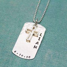 Perfekte maskuline cross personalisierte Halskette zur Bestätigung oder erste Kommunion für Jungen.  Ein Silber Dog Tag-Stil 1 gehämmert und Hand gestempelt Anhänger mit Namen und Datum in maskulin-Block-Schriftzug. Sterling silber Kreuz hängt über dem Tag. Kommt mit einem 1,5 mm Sterling silber Kugelkette in der Länge Ihrer Wahl.  ----------------------------------------------------------------------------------------------- ** Beachten Sie, bei der Liste folgende Bestellung:  1) name 2)…