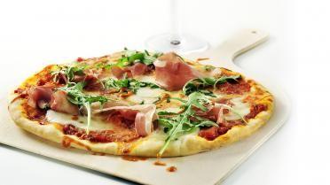 Pizza met mozzarella, Gandaham en paprikacoulis - Vtm koken - Bram Bonamie