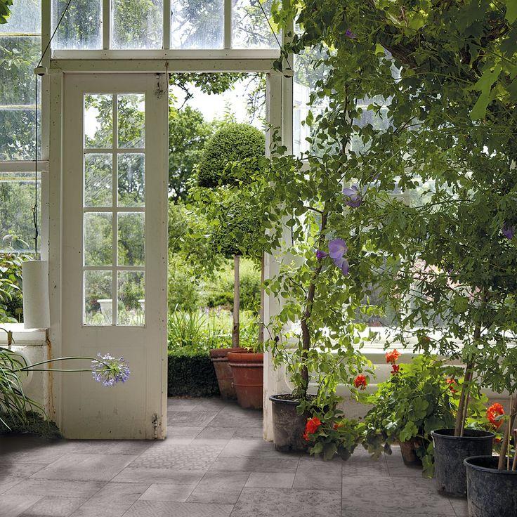 Keväällä ja kesällä oleskelutilat laajenevat ulos. Kun valitset samaa laattaa sisälle ja pihalle, tilat sulautuvat saumattomasti yhteen. Pihalaatat: LPC Biarritz │ Laattapiste