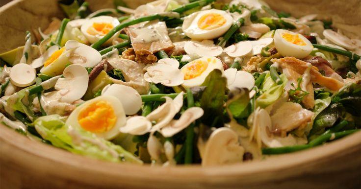 De basis van deze lekkere salade zijn verschillende slasoorten. Sla zit vol vitamines en heeft zo goed als geen calorieën. Een kropsla moet stevig in de krop zitten, krokant zijn en er fris uitzien. De buitenste bladeren haal je weg en de krokante binnenste bladeren scheur je in stukken. Snijden is geen goed idee, want dan sluit je de poriën en wordt de sla slap. Eikenbladsla heeft een lekker nootachtige smaak en maak je op dezelfde manier klaar.Extra materiaal:Een mandoline of rasp