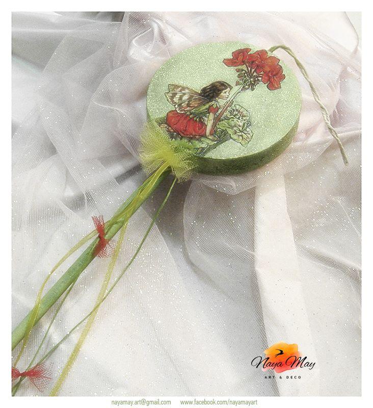 '' Νεράιδες των Λουλουδιών ''  Λαμπάδα κέρινο γλειφιτζούρι, ντεκουπάζ - ζωγραφική, ακρυλικά χρώματα, πούδρες γκλίντερ, κορδόνι, κορδέλα από οργάντζα, τούλι.