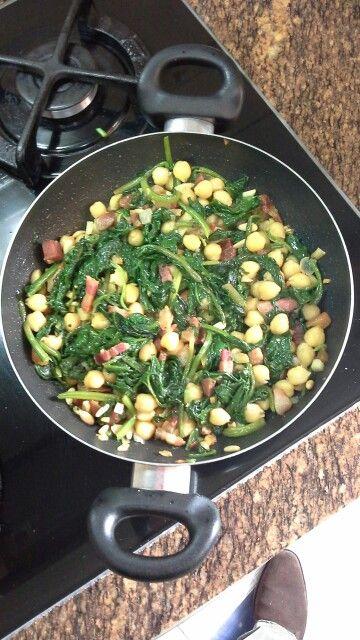 Espinacs amb cigrons i cansalada