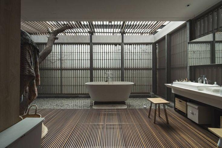 Photo Bathroom L+L House 3 desain arsitek oleh Antony Liu + Ferry Ridwan / Studio TonTon - ARSITAG
