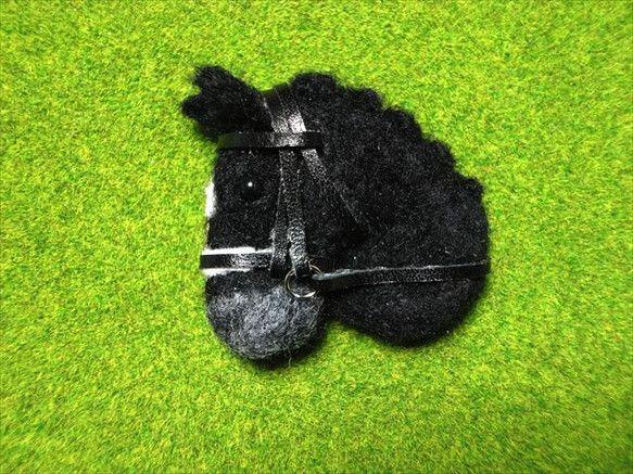 羊毛フェルトで制作した馬の顔のブローチです。黒い馬体の精悍な馬場馬、たてがみをお団子にして頭絡を着けています。ボリュームがあるので、衣類だけではなくバッグや帽...|ハンドメイド、手作り、手仕事品の通販・販売・購入ならCreema。