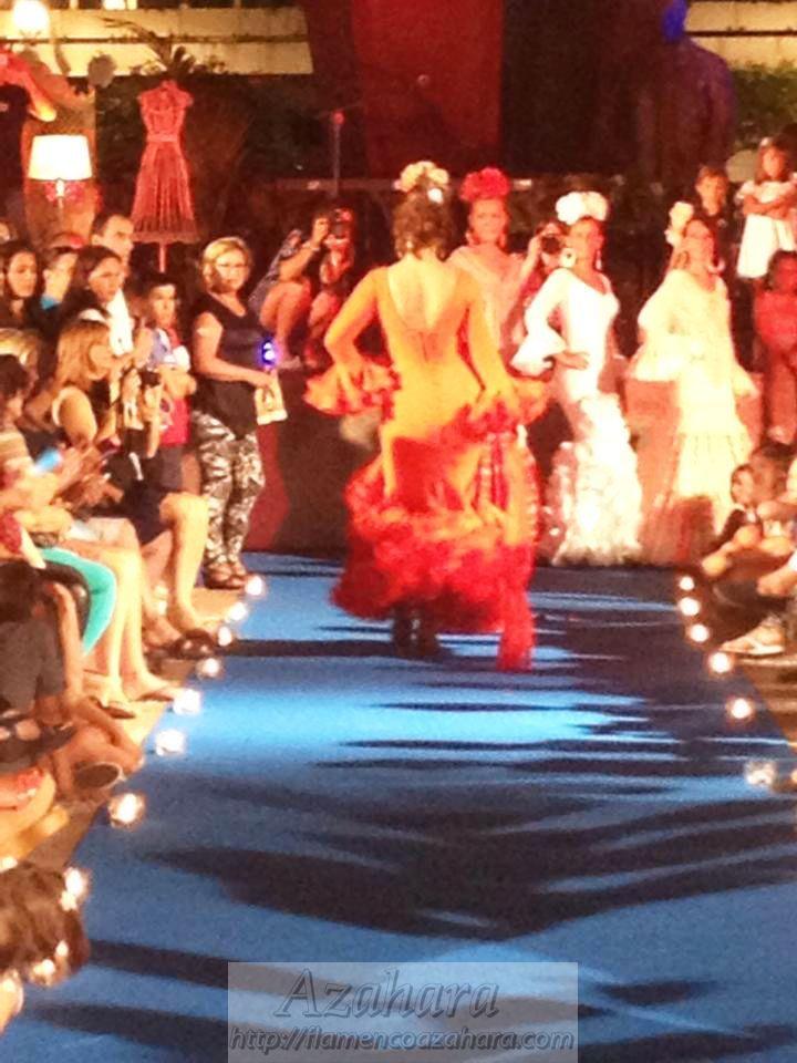 Pasarela #moda #flamenca en #desfile #NocheViva de #Fuengirola. #flamencoazahara