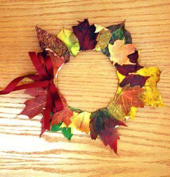 EEn herfstkrans op karton gemaakt. Leuk om met kinderen te doen.