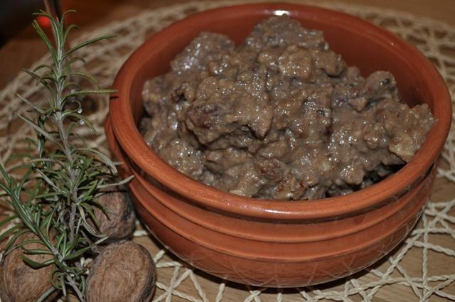 Un originale modo per preparare il classico spezzatino. La carne acquisterà una morbidissima consistenza, in piacevole contrasto con la croccantezza delle Noci.