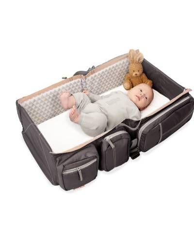 La borsa culla e fasciatoio 3-in-1 Baby Travel consente di portare con sé tutto il necessario per il neonato e si trasforma rapidamente in una comoda culla