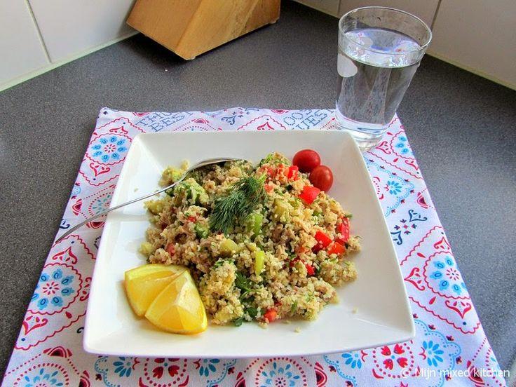 Maaltijdsalade van bulgur met tonijn, avocado en rauwkost