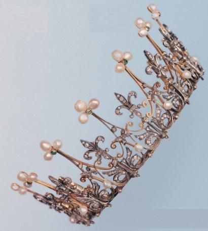 Picturesque tiara in silver and yellow gold. The coronet is decorated with arabesques and foliage, paved with diamonds, embellished with pearls, dotted with round cut emeralds. French. Circa 19th century.