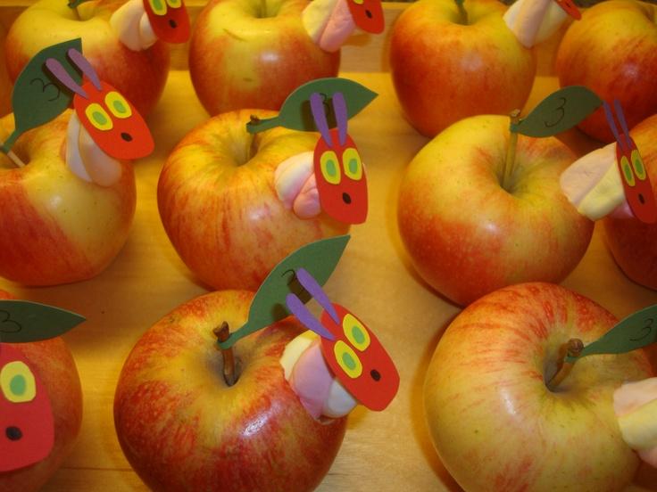 Bekende traktatie in een ander jasje - appel en stukje kabelspek; Rupsje Nooitgenoeg (Eric Carle).