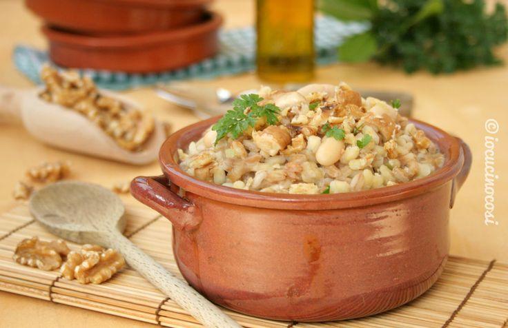 La Zuppa di farro e orzo con funghi, noci e crema di cannellini è leggera ma nutriente, preparata con ingredienti sani e genuini che fanno bene alla salute.