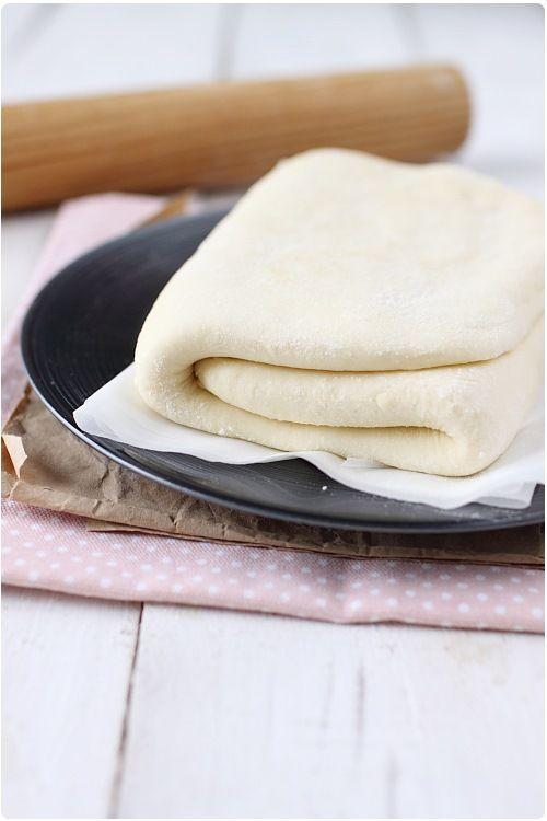 La pâte feuilletée fait partie des toutes premières recettes techniques que je vous ai proposées sur le blog. Il existe d'autres variantes de cette pât