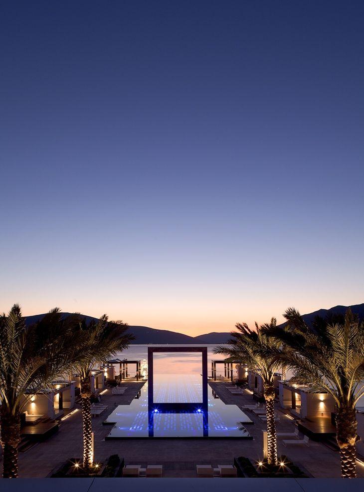 Montenegro Lido Mar, sofisticado endereço localizado na Baía de Kotor, que é repleta de belezas naturais e foi tombada pela Unesco como patrimônio natural, histórico e cultural, foi projetado pelo Studio RHE',  um dos mais importantes e premiados studios de design londrino.