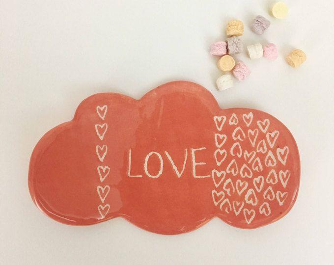 Piattino nuvoletta in argilla di colore rosa antico con la scritta LOVE by nigutindor for sale on etsy