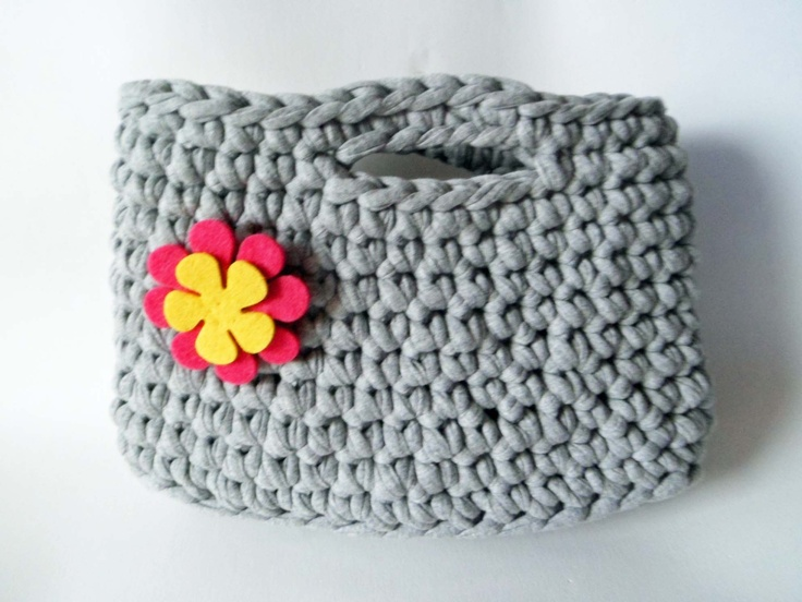Bolso de trapillo con flor de fieltro