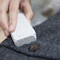 #tip De dagen worden kouder - tijd om onze warme truien uit de kast te halen. Wist je dat je met een puimsteen de pluisjes op je wollen #trui kan verwijderen? Wrijf het puimsteentje zachtjes heen en weer over de stof. Wel eerst even uitproberen op een klein onopvallend stukje, want in sommige gevallen kan het de #stof juist beschadigen. #dilleenkamille #dillekamille