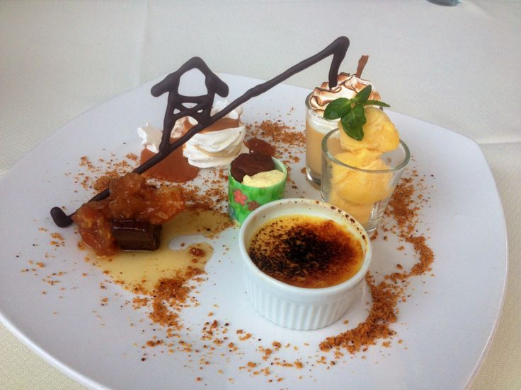 Degustación de postres: Suspiro limeño, sorbet de mango, trufa, creme brulé, merengue y trilogía de chocolate. Café Turri, Valparaíso