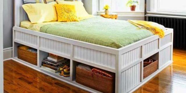 Высокая кровать с глубокими полками под ней. .