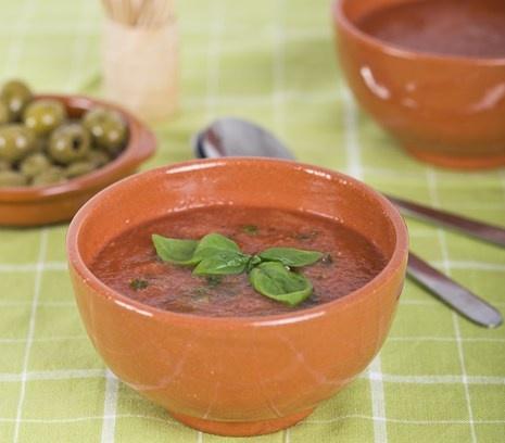 Gazpacho | Probeer deze frisse paprika-gazpacho eens op een zwoele zomeravond of als voorgerecht tijdens een Italiaans etentje.  #recept #vegetarisch #flexitarier