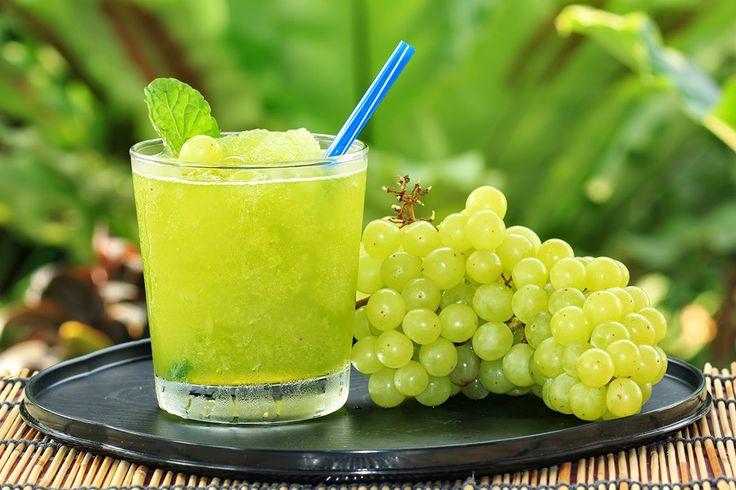 Esse suco detox de uva com água de coco é um bom aliado de quem quer perder peso e reduzir as medidas. Veja a receita: http://luciliadiniz.com/suco-detox-uva-com-agua-de-coco/