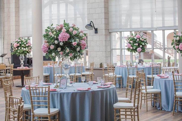 Стильный декор свадьбы оформление выездной регистрации в ресторане Сорока в Москве. Фото оформления свадьбы с высокими вазами. В розовом и сером цвете.